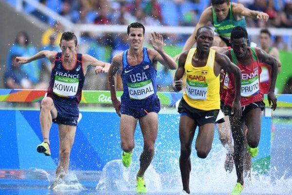 Yoann Kowal de France ( à gauche) , Donald Cabral USA ( au centre ) et Jacob Araptany de l'Ouganda ( en second, à droite ) en concurrence dans le 3000m masculin au cours de l' épreuve d'athlétisme aux Jeux olympiques de Rio 2016 au Stade olympique à Rio de Janeiro le 15 Août , 2016.