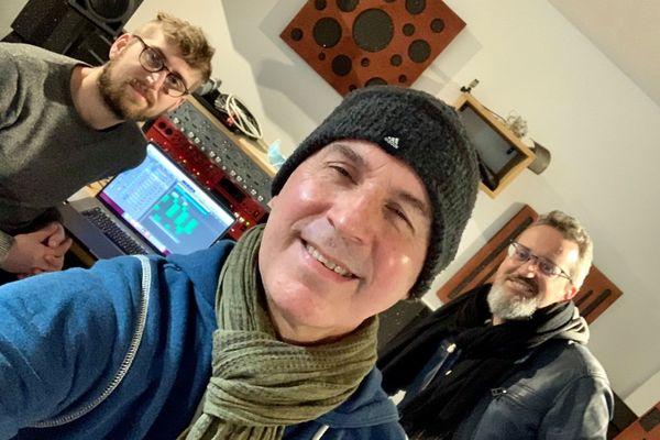 Christian dans le studio d'enregistrement, avec Cédric (à gauche) et Fred (à droite)
