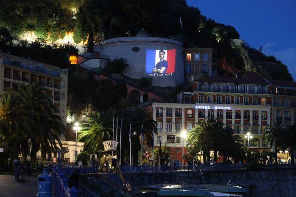 La colline du château à Nice affiche son soutien au gardien des Bleus en juillet 2016 pour l'Euro.