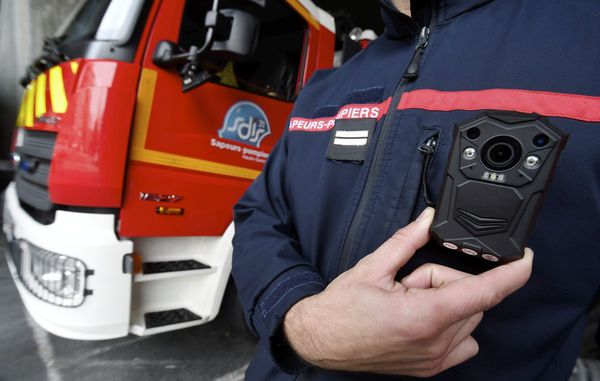 """Des """"caméras piétons"""" sont à l'essai dans des brigades de pompiers."""