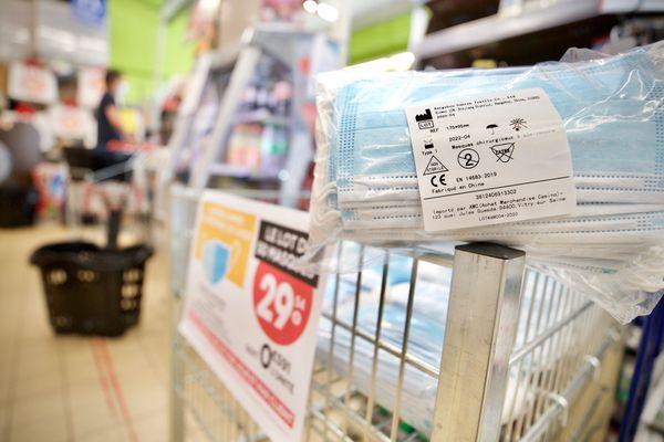 Les masques sont en vente depuis le 2 mai dans la grande distribution. Les pharmaciens, rationnés depuis des semaines, s'interrogent sur l'origine de ces stocks.