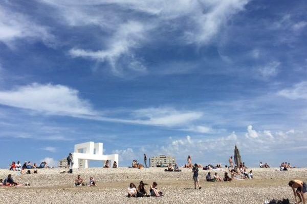 La sculpture monumentale des artistes Lang et Baumann sur la plage du Havre