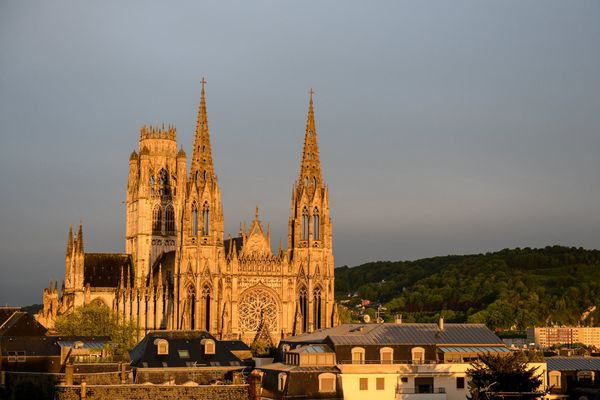 La mairie de Rouen a annoncé le 26 octobre la fermeture temporaire de l'abbatiale Saint-Ouen en raison de risques de chutes de pierres.