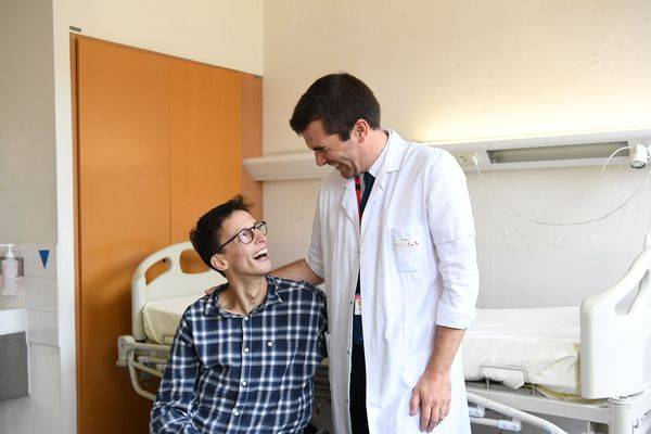 Le docteur Guillaume Canaud et Emmanuel, un patient traité pendant deux ans pour un syndrome de Cloves, à l'hôpital Necker de Paris.