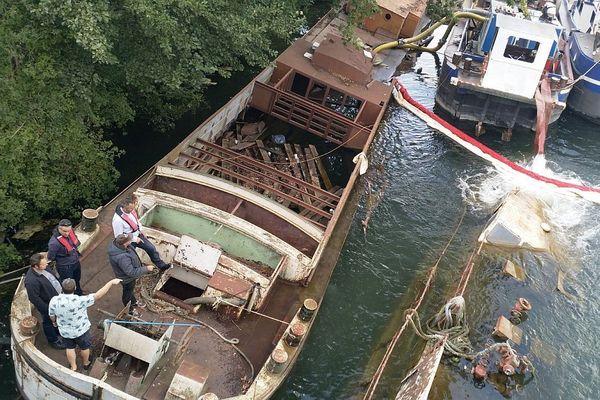 L'opération de renflouage de trois péniches sur l'Yonne a débute.