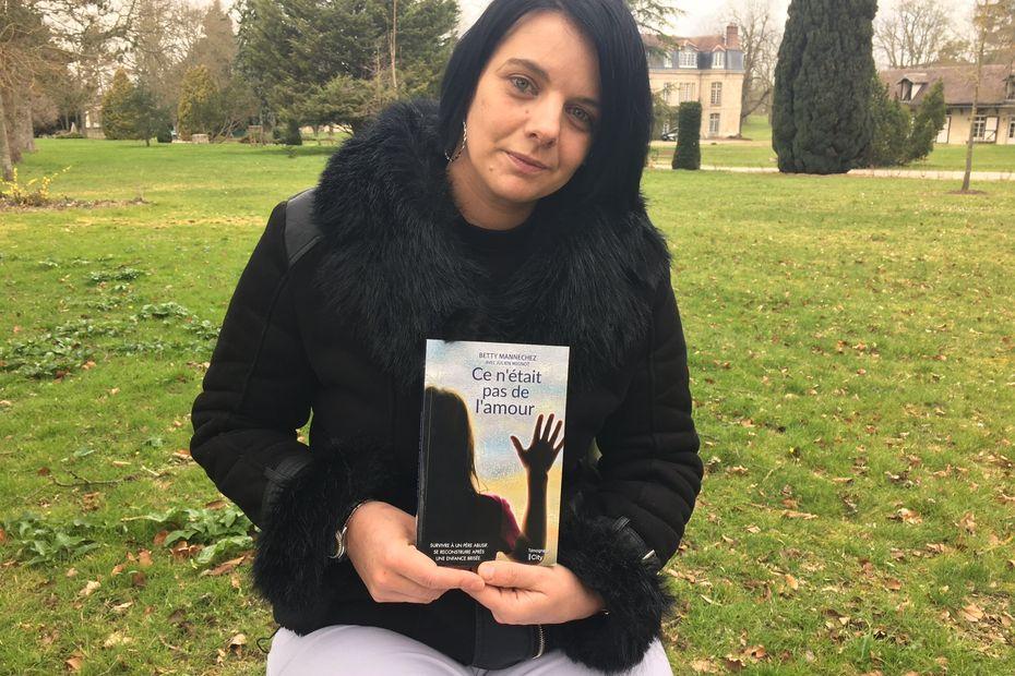 """Victime d'inceste dès l'âge de 8 ans, Betty Mannechez sort un livre sur son enfance brisée """"Ce n' était pas de l'amour"""""""