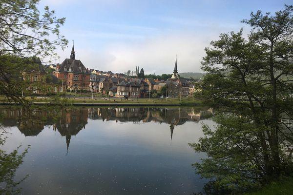 La vue depuis son siège à bord du TER Charleville-Givet lorsqu'on arrive dans le village de Haybes dans les Ardennes