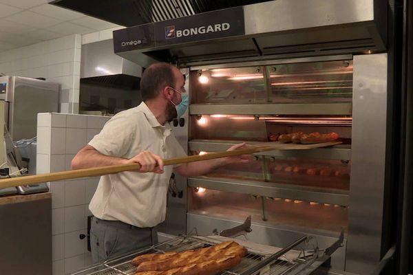 Dernier contrôle en fin de cuisson pour des baguettes au croustillant sans pareil...