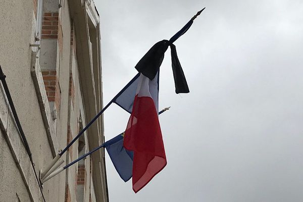 Drapeaux en berne sur la façade de la Mairie de Mareau-aux-Prés