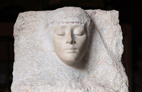 Cette tête de femme arabe, en pierre dure, signée René de Saint-Marceaux, a été numérisée.