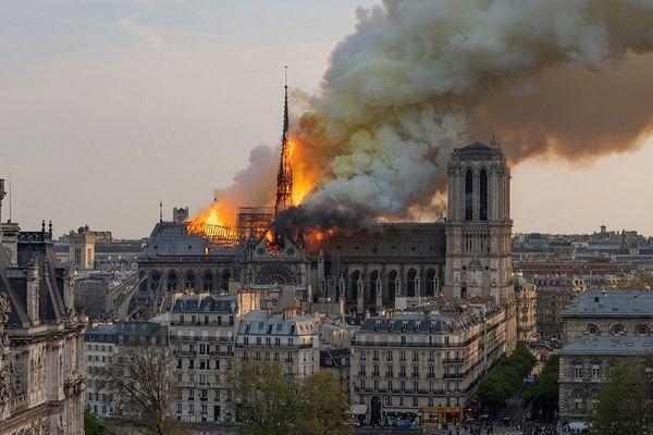 La flèche de Notre-Dame de Paris en flammes finira par s'écrouler sur l'édifice