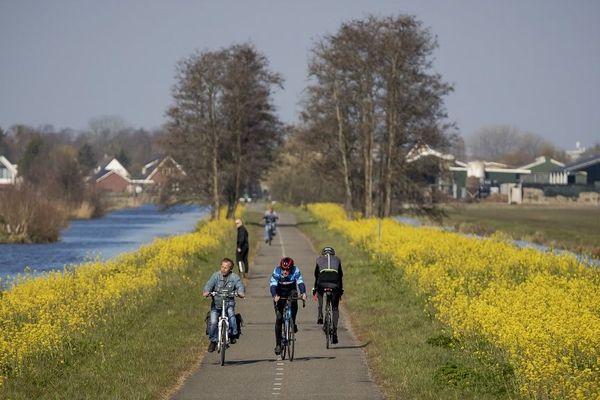 Des cyclistes, début avril, à Reeuwijk-Village, aux Pays-Bas.
