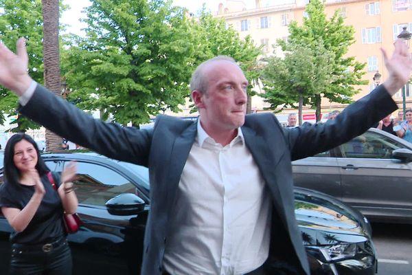 Laurent Marcangeli, applaudi par ses soutiens devant l'hôtel de ville d'Ajaccio, après la tombée des résultats du second tour.