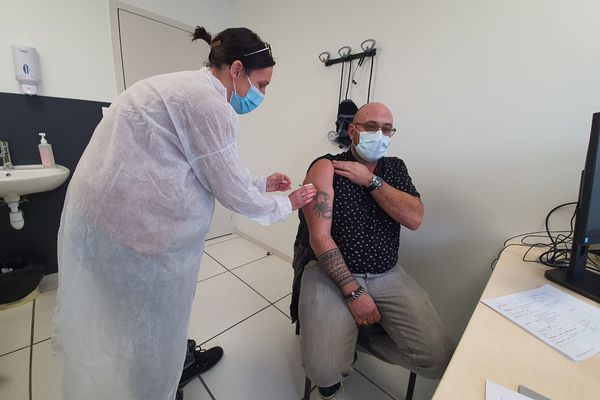 En Haute-Loire, 3 centres de vaccination COVID 19 éphémères ont été ouverts pour les professionnels de santé samedi 13 février.