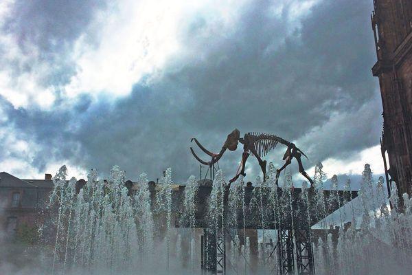 L'installation du mammouth ce lundi, place du Château à Strasbourg.
