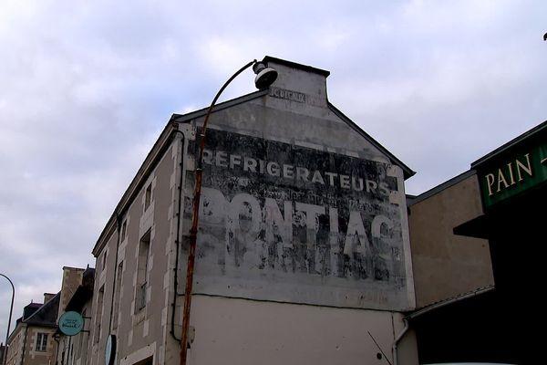 Vestiges des 30 Glorieuses, de nombreuses publicités géantes de grandes marques nationales souvent disparues aujourd'hui sont encore visibles.
