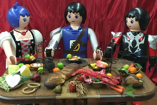 Une scène de repas avec des playmobil géants