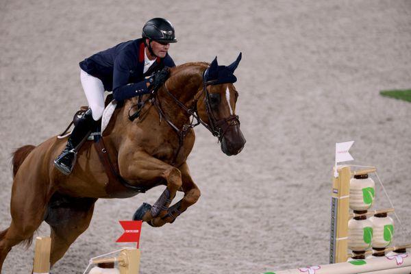 Nicolas Delmotte et son cheval, Urvoso du Roch, lors des épreuves individuelles de saut d'obstacles.