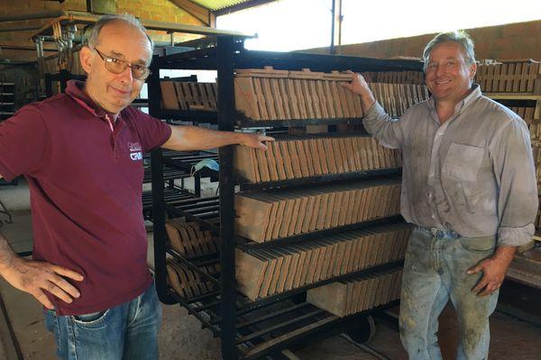 Le passage de relais entre Michel Aupeix et le repreneur de la tuilerie, Laurent Debord