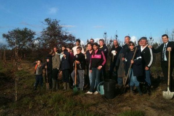Lacanau : les postiers de Lesparre et leurs enfants entrain de planter les arbres (21/11/2012/)
