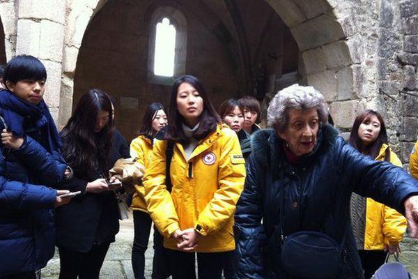 Le groupe d'étudiants sud-coréens à l'écoute de Camille Senon dans l'église d'Oradour-sur-Glane