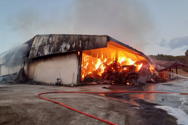 Le feu a pris dans un bâtiment de 3000 m² abritant des balles de foin et des produits hautement inflammables.