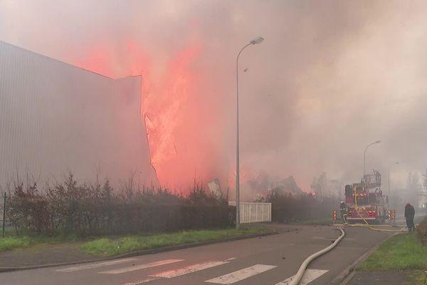 Les flammes ravagent l'un des deux entrepôts de l'entreprise de logistique Caillot, à Bailleul.
