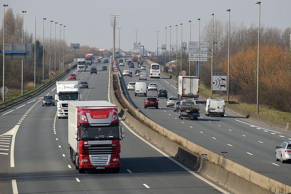 L'autoroute A16 a dû être fermée jeudi, à cause d'incidents provoqués par une cinquantaine de migrants