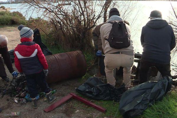Un barbecue a été trouvé sur les berges du canal de Martigues.