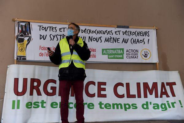 Le 9 juillet 2019, de nombreuses actions de décrochage du portrait d'Emmanuel Macron avaient été menées en France (ici Saint-Etienne). Des procès sont en attente. En Ardèche, 4 militants se sont vus proposés une journée de formation à la citoyenneté.