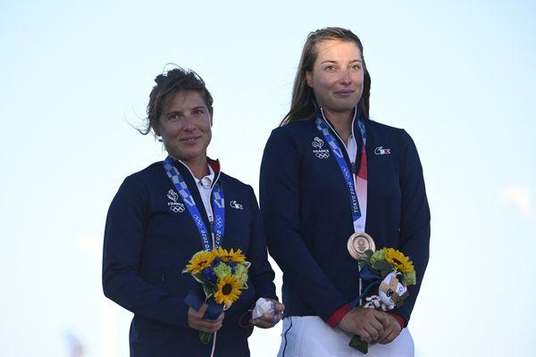 Camille Lecointre et Aloïse Retornaz lors de la remise de médailles aux JO 2020 2021 de Tokyo le 4 août 2021.