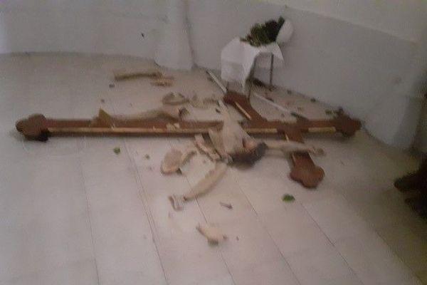Le christ et la grande croix centrale ont été brisés.