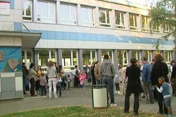 Parents et enfants arrivant devant la maternelle Les Lutins de Lucé (Eure-et-Loir)