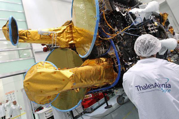 Construction d'un satelite sur le site Thalès de Cannes (Archives)