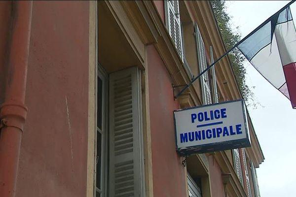La Ville de Menton défend les policiers.