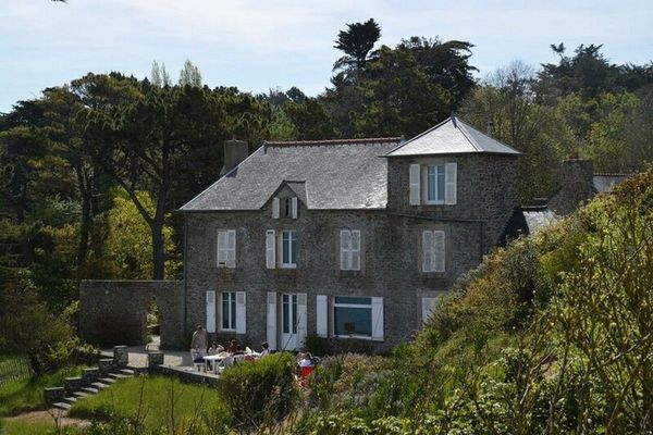 Posé au-dessus des dunes, face à la mer, le manoir Rozven dans lequel Colette a vécu de 1910 à 1926.