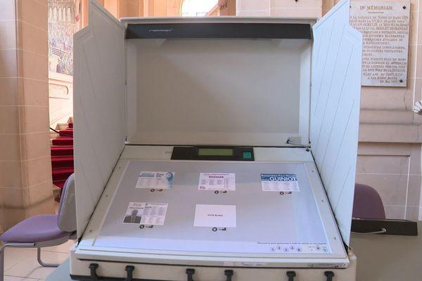 À Noyon dans l'Oise, les électeurs votent sur des machines électroniques depuis 2007.