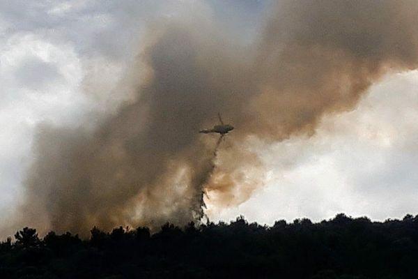 Trois hélicoptères bombardiers d'eau et 60 sapeurs-pompiers ont été envoyés à Roquebrune.