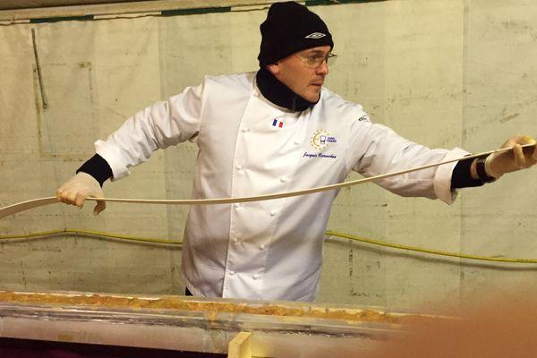 Jacques Barnachon prépare le plus long foie gras du monde, samedi 5 décembre.