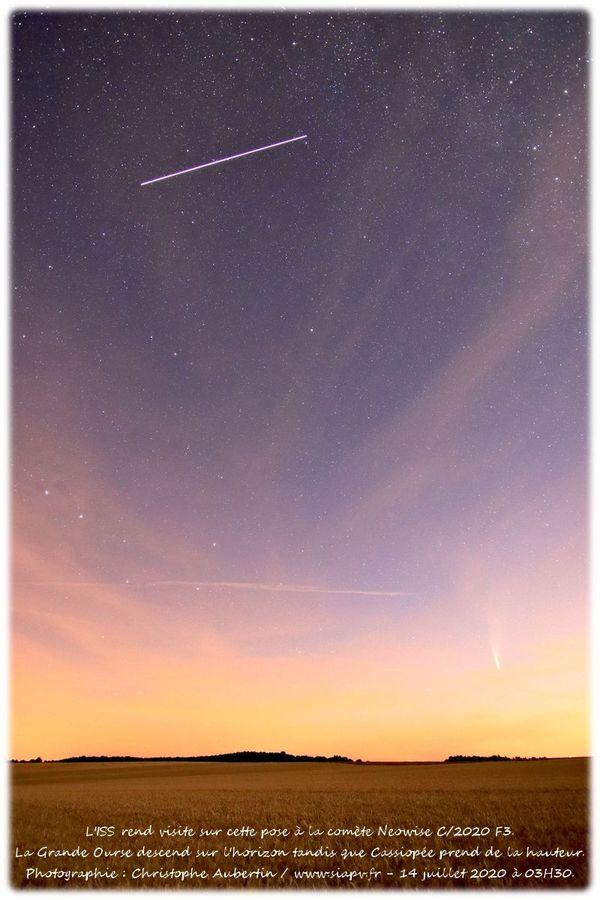 La trajectoire de l'ISS semble passer au-dessus de la comète tout près de l'horizon