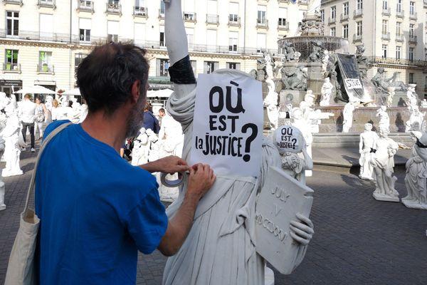 """""""Où est la justice"""" remplacent les affichettes """"Où est Steve"""", place Royale à Nantes"""