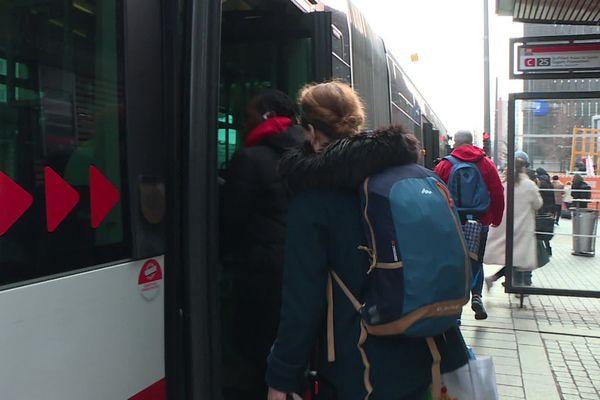 A compter de lundi 16 mars, les voyageurs sont invités à monter et descendre des bus par les entrées arrières et centrales. Pour protéger les conducteurs, l'entrée ne se fait plus par l'avant