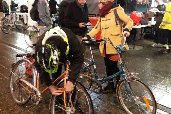 Opération de sensibilisation éclairage des cyclistes de Nancy