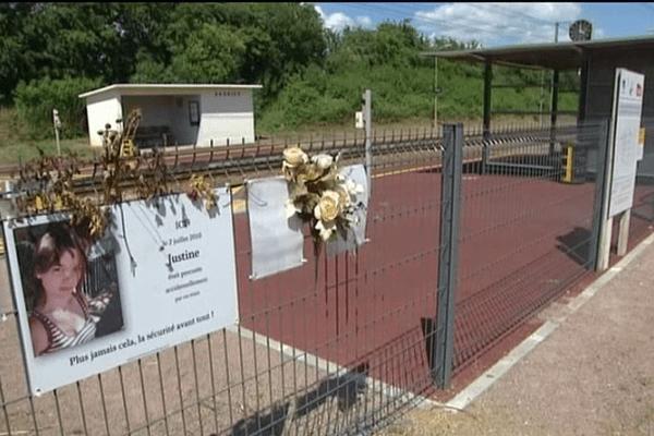Justine, 17 ans, est décédée le 2 juillet 2010 après avoir été percutée par un train en gare d'Audrieu