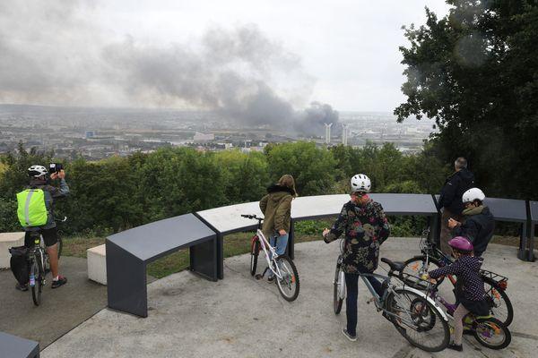 Le panache de fumée visible depuis le Belvédère à Mont-Saint-Aignan