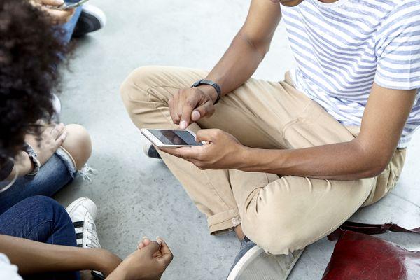 L'âge d'inscription légal à un réseau social est de 13 ans. Mais à 10 ans, les enfants ont déjà ouvert un ou plusieurs comptes.