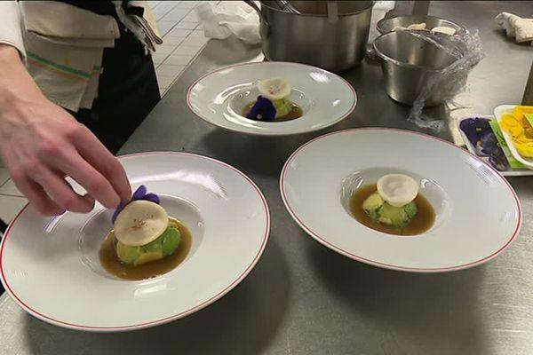 Des plats en cuisine prêts à être servis