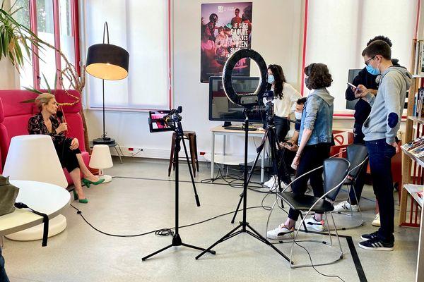 Julie Gayet à la rencontre de futurs professionnels de l'audiovisuel à Limoges le  28 mai 2021.