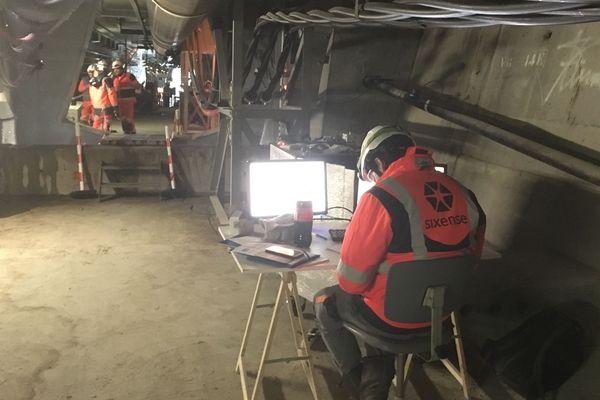Deux équipes de techniciens se relaient de 6h à 22 pour effectuer les travaux de remplacement du câble défectueux du pont de l'Île de Ré.