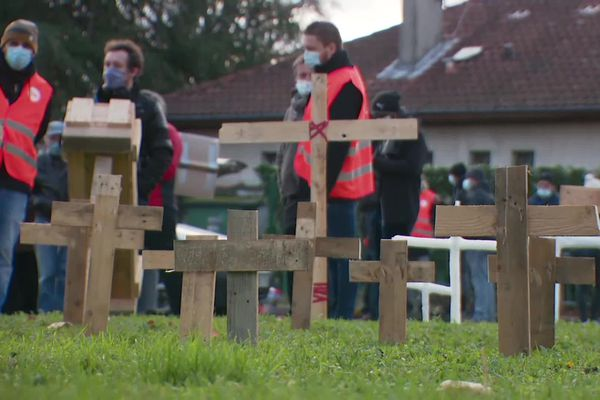Les salariés de Gifrer ont planté des croix signifiant la mort de leur entreprise et la disparition de leurs emplois